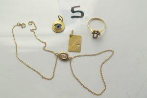 """1 Bracelet de main en or orné d'une pierre blanche sertie clos (L19 cm),2 pendentifs en or ( 1 gravé """"Maman je t' aime"""" / 1 motif oeil), 1 bague en or manque pierre (td52). PB 5g"""