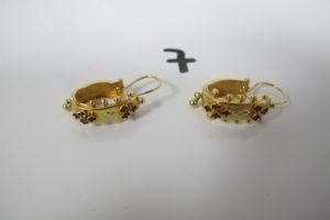 2 Dormeuses en or ornées de pierres bordeaux avec 1 pampille chacune à motiffloral. PB 2,7g