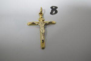 """1 Croix en or à décor du """"Christ"""" 2 ors (H 3,5 cm). PB 1,5 g"""