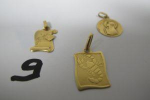 """1 Médaille en or à décor de la Vierge, 2pendentifs en or ( 1 signe du scorpion, 1 parchemin gravé """"je t'aime"""").PB 3,5 g"""