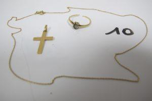 1 Bague en or rehaussée d'une pierre bleue (corps cassé), 1 croix en or ciselée, 1 chaine en or maille gourmette(L41cm). PB 3,4g