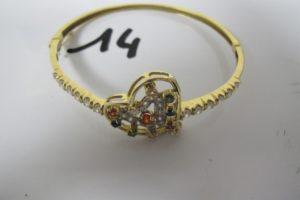 1 Bracelet en or ouvrant rehaussé de pierres blanches (dont 1 manquante) et de pierres de couleur,à motif de coeurs (D6 cm).PB 13,3g