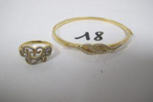 1 Bracelet en or ouvrant à décor de vagues pavés de pierres blanches(D6cm)1 bague 2 ors à décor d'un tourbillon pavéde petites pierres blanches(TD56). PB 8,8g