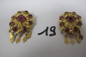 2 Pendants en or rehaussés de pierres bordeaux et de pampilles(H4cm)(manque 1 pierre 1 pampille et 1 boule ).PB 18,4g