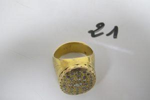 1 Bague chevalière 2 ors d'homme plateaupavé de petits diamants dont 1 de 0,20ctau centre (corps de la bague et 2 petitsdiamants abimés)(TD72). PB 53,4g