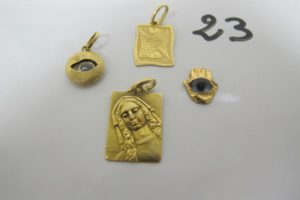 1 Médaille en or à décor de la vierge, 3pendentifs en or (1 du signe du poisson 1 motif oeil abimé,1 motif main et oeil cassé). PB 6,8g