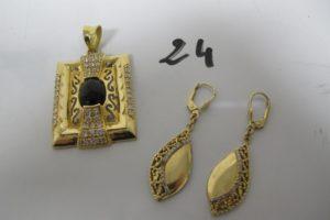 1 Pendentif en or rehaussé d'une pierre noire(1 griffe manque) et entourée de petites pierres blanches (H5cm),2 pendants en or ornés de petites pierres blanches (3 manquantes). PB 16,3g
