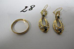 1 Alliance en or (td58), 2 pendants en or rehaussés de pierres bleues et blanches (1 manquante). PB 6,3g