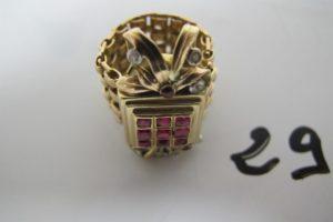 1 Bague en or large corps ajouré à motifde feuillage orné de petits diamants et de pierres rouges (TD52). PB 20,5g
