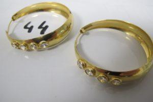 2 Créoles en or rehaussées de pierres blanches.(D4,5cm).PB 15,4g