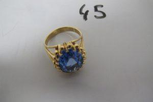 1 Bague en or rehaussée d'une grosse pierre bleue(TD58).PB 9,8g
