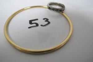 1 Bracelet jonc en or(D6cm),1 alliance en or gris ornée de 4 petites pierres (vertes,rouges,bleues)et de 4 petits diamants (td50).PB 16,5g