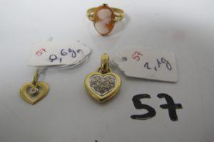 1 Bague en or rehaussée d'1 camée(td55),2 pendentifs coeurs en or ornés de petits diamants.PB 5,3g