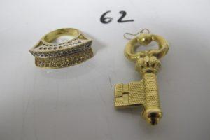 1 Bague 2 ors pavée de petites pierres blanches(td52),1 pendentif en or à décorde clé.PB 12,1g