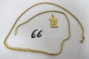 1 Collier en or maille palmier(L42cm),1 pendentif en or à décor d'un parchemin. PB 5,2g