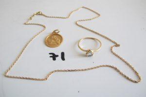 """1 Médaille d'ange en or gravée """"Agathe et date de naissance"""",1 chaine en or maille gourmette(L43cm),1 bague en or rehaussée d'une pierre bleue en forme decoeur(td52).PB 5,6g"""