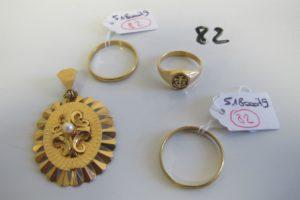 1 Pendentif en or rehaussé d'une perle (H4,5cm),1 chevalière dame en or à décor de la croix de camargue(td48),2 alliances en or (td60/61).PB 12,4g