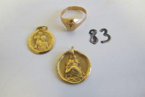 """1 Chevalière en or rehaussée de l' initiale """"r""""(td52),2 médailles en or du Saint Christophe gravées.PB 10,9g"""