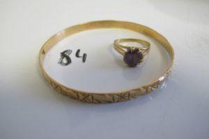 1 Bracelet en or rigide ouvragé(D6,5cm),1 bague en or rehaussée d'une pierre violette(td55).PB 17g