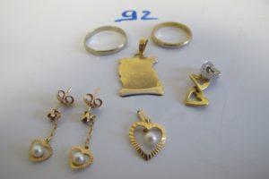 2 Alliances en or gravées à l'intérieur (1 or gris (td54)/1 2 ors(td49)),2 pendants en or à décor de coeur rehausséd'une perle et d'une petite pierre rouge)3 pendentifs en or (1 parchemin photo,1coeurs pavés de petits diamants,1 coeur perle).PB 9,3g