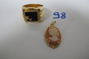 """1 Chevalière homme en or plateau onyx gravé """"FV""""(TD62),1 pendentif en or rehaussé d'1 camée.PB 13g"""