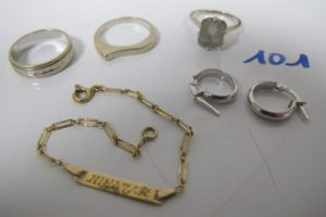 """1 Alliance en or gris(td55),2 créoles enor gris,1 bracelet en or d'identité d'enfant gravé """"Sylvain"""" usagé(L13,5cm),2 bagues en or gris(1 rehaussée d'1 pierre bleue claire(td51)1 (td54). PB 12,6g"""