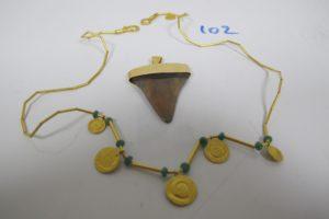 1 Collier draperie en or (24k) orné de 6 pampilles en or et de 5 petites pierres vertes(L43,5cm),1 pendentif en or dent.PB 18,8g