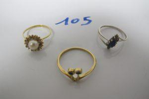 3 Bagues en or(1 à décor de fleur rehaussé d'1 perle blanche et entourée de petites pierres blanches(td56), 1 or gris rehaussée d'1 pierre bleue et de 2 petites pierres blanches(td55),1 ornée de 2 petites pierres bleues(td59) PB 6,3g