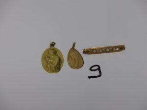 2 médailles religieuses en or (verso gravé) et 1 broche en or ornée de petites perles (L3,5cm). PB 6grs