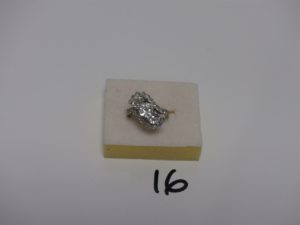 1 bague en or sertie de 3 diamants ronds 1/2 taille entourés d'1 ligne de diamants (Td53). PB 4,8grs