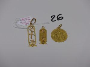 1 médaille en or, 1 pendentif cassé en or (belière en alliage 14K) 1 pendentif en or à décor de motifs egyptiens. PB 9,8grs