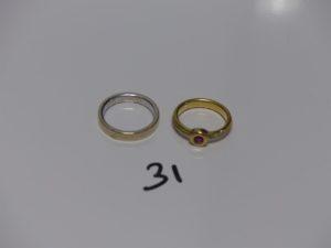 1 alliance en or (intérieur gravé, td52) et 1 bague 3ors ornée d'une petite pierre rouge (td50). PB 9,8g