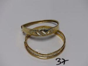 2 bracelets en or (1 cassé et 1 ouvrant et cabossé motif central orné de petites pierres dont 1 chaton vide). PB 24g
