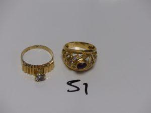 2 bagues en or (1 ornée d'1 petite pierre blanche Td63 monture abimée avec petite soudure en bas titre, 1 ornée d'une pierre rouge et de petites pierres blanches Td63). PB 10,7g