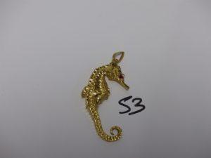 1 pendentif en or à décor d'un hypocampe dont les yeux sont ornés d'une pierre rouge (H5,5cm). PB 21,9g