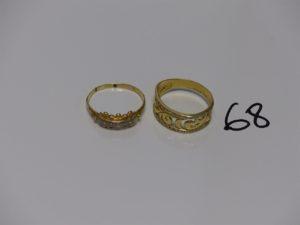 2 bagues en or (1 monture ouvragée ornée de 2 rangs de petites pierres dont 3 chatons vides Td62 et 1 ornée de petites pierres usées monture un peu fendue Td66). PB 7,2g