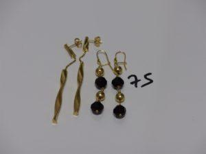 2 pendants motif torsadé et 2 pendants rehaussés de boules et de perles couleur grenat. Le tout en or PB 7,3g