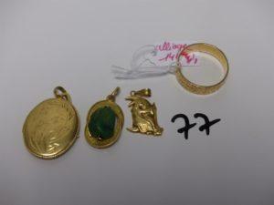 3 pendentifs en or (1 porte photos, 1 sorcière, 1 orné d'une pierre verte). PB 9g + 1 alliance en alliage 14K (td60) 4,1g. Le tout poids total de 13g