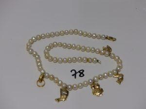 1 collier de perles baroques rehaussé de 5 breloques en or, fermoir et anneau de bout en or (L50cm). PB 38,5g