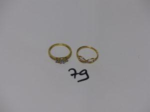 2 bagues en or (1 ornée de petites pierres blanches (td50) et 1 ornée d'un motif torsadé (td49). PB 3,3g