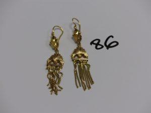 1 Paire de pendants en or à décor floral et motifs en pampille. PB 8,1g