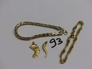 1 bracelet maille palmier(abimé), 1 bracelet maille tressée abimé, 1 pendentif haricot et 1 pendentif egyptien. Le tout en or PB 12,5g