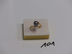 1 bague en or rehaussée d'une perle grise (td51). PB 4,8g