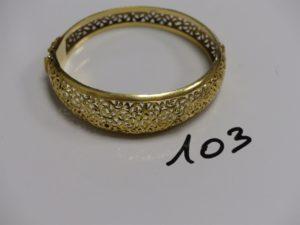1 bracelet rigide ouvrant monture ouvragée en or (diamètre 5,5/6cm). PB 25g