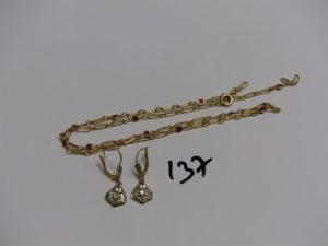 1 collier maille fantaisie en or orné de 10 petites pierres rouges (cassé, L42cm) et 2 pendant en or ornés d'une petite pierre. PB 6,2g