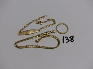 1 bracelet gourmette gravée (L15cm), 1 bracelet maille anglaise cassé et 1 alliance ornée en tour complet de petits diamants (1chaton vide, td52, monture cassée). PB 8,3g