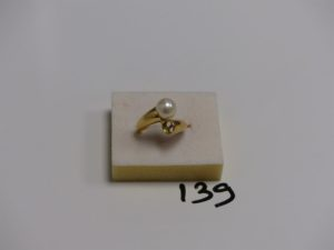 1 bague toi et moi en or rehaussée d'une perle (manque perle, td52). PB 5,7g
