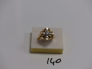 1 bague monture ouvragée bicolore en or centrée d'une pierre entourée 4 petits diamants (td58). PB 9,6g
