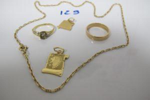 1 chaine en or maille forçat(L45cm),1 alliance en or large (td54),1 bague en or rehaussée d'1 pierre blanche(td52),2 pendentifs en or(1 lion,1 étoile). PB 11,3g