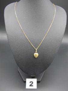 1 chaîne maille forçat (L 50cm) et son pendentif en forme de coeur. Le tout en or. PB : 4,9g